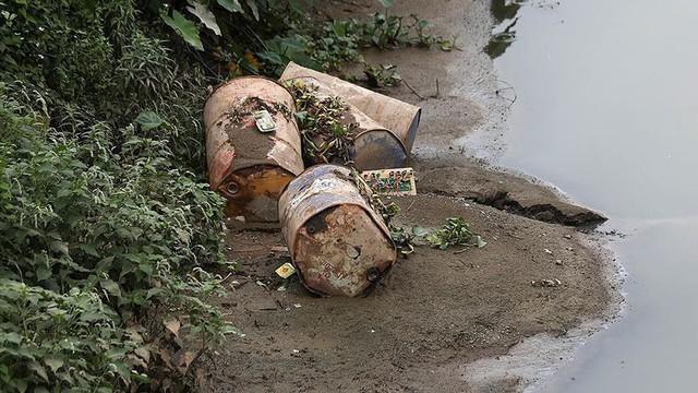 Rác thùng phuy nghi chất thải công nghiệp đổ bậy bên Đại lộ Thăng Long - Ảnh 7.