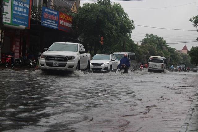 Mưa lớn trong đêm, đường TP Hà Tĩnh biến thành sông  - Ảnh 8.