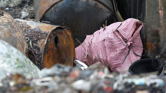 Rác thùng phuy nghi chất thải công nghiệp đổ bậy bên Đại lộ Thăng Long - Ảnh 8.
