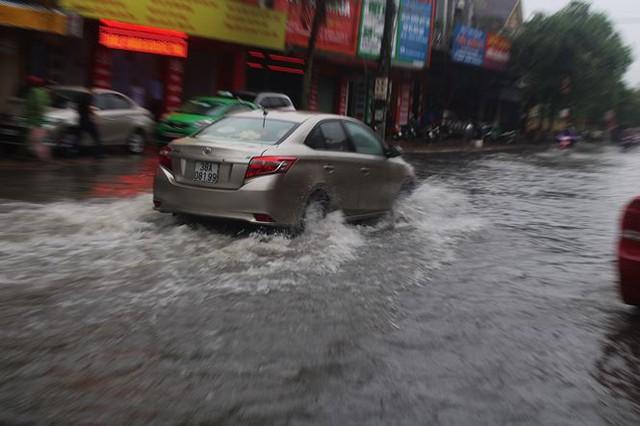 Mưa lớn trong đêm, đường TP Hà Tĩnh biến thành sông  - Ảnh 9.