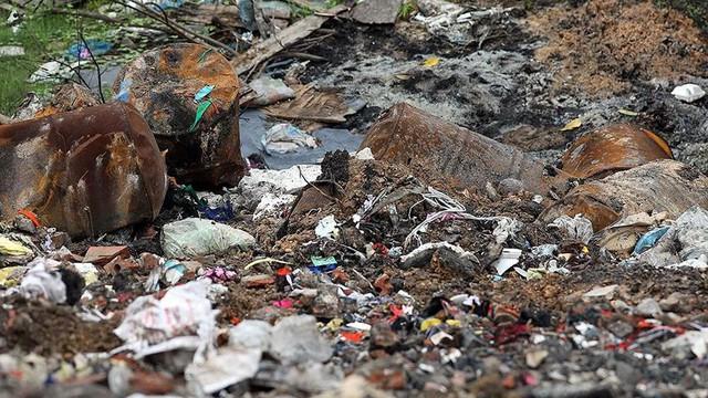 Rác thùng phuy nghi chất thải công nghiệp đổ bậy bên Đại lộ Thăng Long - Ảnh 10.