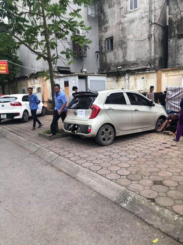 Thêm vụ nữ tài xế đạp nhầm chân ga, suýt đâm vào ba công nhân nam - Ảnh 1.