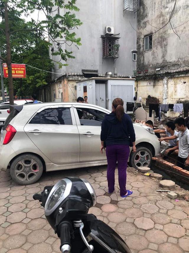 Thêm vụ nữ tài xế đạp nhầm chân ga, suýt đâm vào ba công nhân nam - Ảnh 2.
