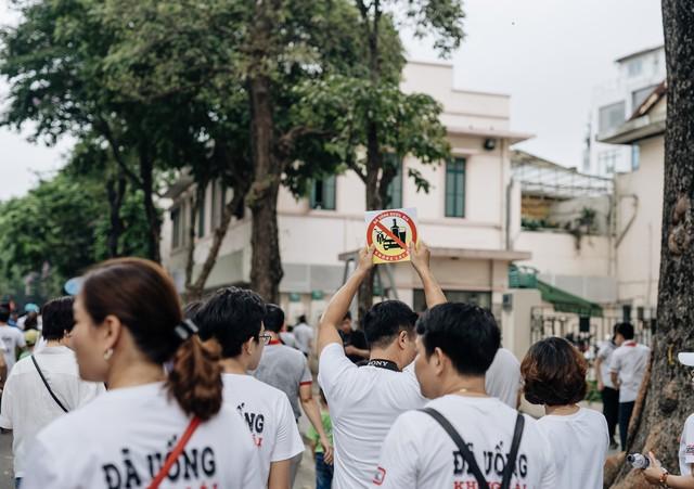 Chùm ảnh: 8.000 người mang logo Đã uống rượu bia - Không lái xe cùng tuần hành trên phố đi bộ Hồ Gươm - Ảnh 10.