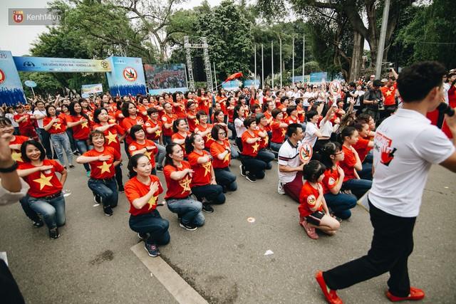 Chùm ảnh: 8.000 người mang logo Đã uống rượu bia - Không lái xe cùng tuần hành trên phố đi bộ Hồ Gươm - Ảnh 23.