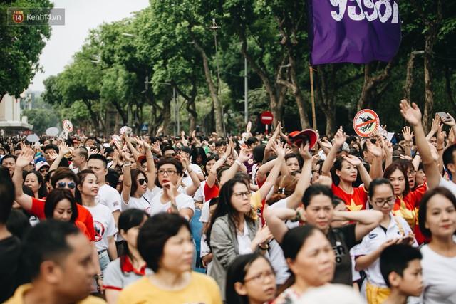 Chùm ảnh: 8.000 người mang logo Đã uống rượu bia - Không lái xe cùng tuần hành trên phố đi bộ Hồ Gươm - Ảnh 24.