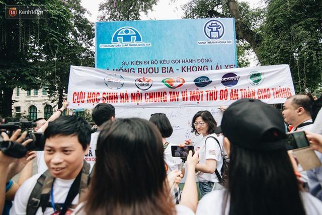 Chùm ảnh: 8.000 người mang logo Đã uống rượu bia - Không lái xe cùng tuần hành trên phố đi bộ Hồ Gươm - Ảnh 26.