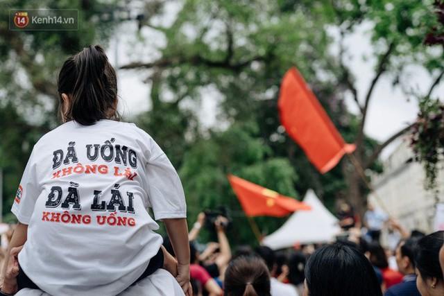 Chùm ảnh: 8.000 người mang logo Đã uống rượu bia - Không lái xe cùng tuần hành trên phố đi bộ Hồ Gươm - Ảnh 28.