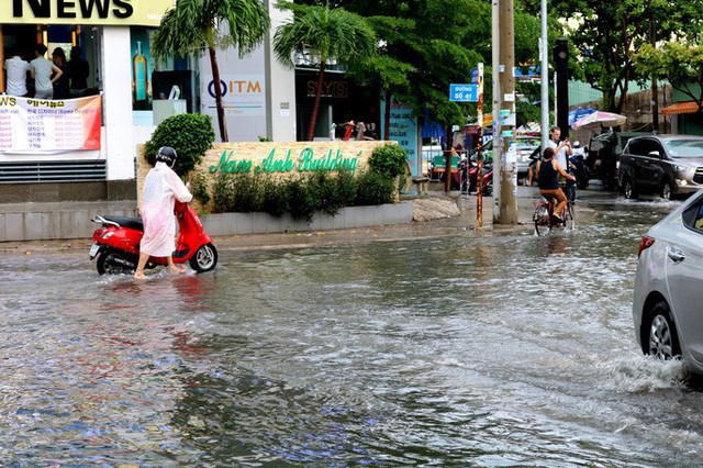 TP HCM: Mưa trắng trời trưa cuối tuần, khu nhà giàu Thảo Điền lại ngập  - Ảnh 3.