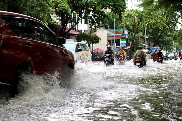 TP HCM: Mưa trắng trời trưa cuối tuần, khu nhà giàu Thảo Điền lại ngập  - Ảnh 4.
