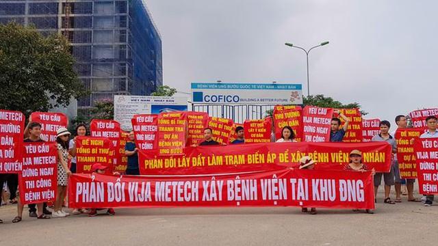 Hàng trăm cư dân KĐT Ngoại giao đoàn xuống đường căng băng rôn phản đối CĐT.