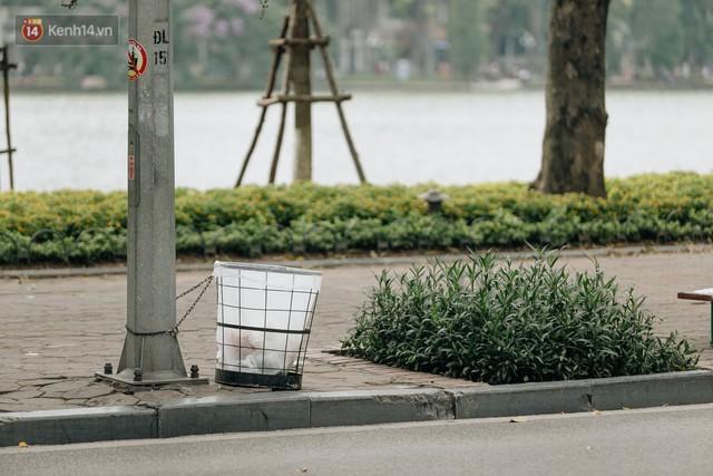 Phố đi bộ Hồ Gươm đẹp đẽ, sạch bong sau khi treo biển sẽ ghi hình, xử phạt 7 triệu đồng nếu vứt rác bừa bãi - Ảnh 3.