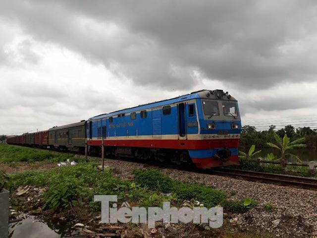 Công nhân đường sắt làm thông trưa khắc phục sự cố lật tàu tại Nam Định - Ảnh 1.