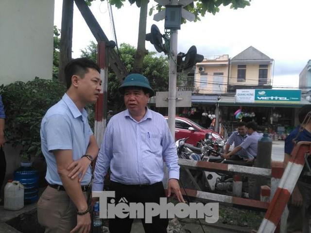Công nhân đường sắt làm thông trưa khắc phục sự cố lật tàu tại Nam Định - Ảnh 2.