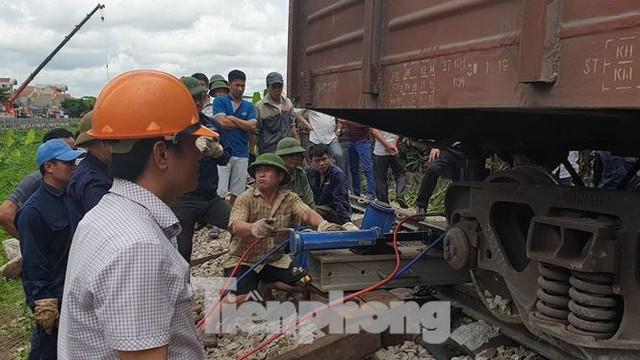 Công nhân đường sắt làm thông trưa khắc phục sự cố lật tàu tại Nam Định - Ảnh 3.