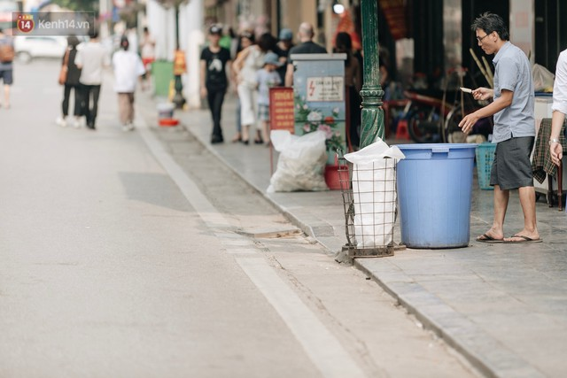 Phố đi bộ Hồ Gươm đẹp đẽ, sạch bong sau khi treo biển sẽ ghi hình, xử phạt 7 triệu đồng nếu vứt rác bừa bãi - Ảnh 4.