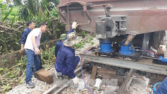 Công nhân đường sắt làm thông trưa khắc phục sự cố lật tàu tại Nam Định - Ảnh 4.