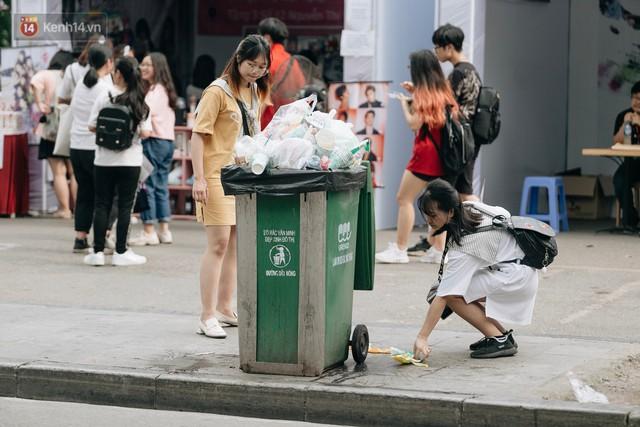 Phố đi bộ Hồ Gươm đẹp đẽ, sạch bong sau khi treo biển sẽ ghi hình, xử phạt 7 triệu đồng nếu vứt rác bừa bãi - Ảnh 5.