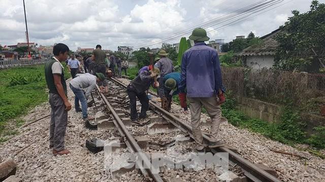 Công nhân đường sắt làm thông trưa khắc phục sự cố lật tàu tại Nam Định - Ảnh 5.