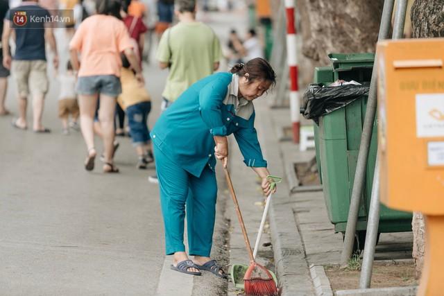 Phố đi bộ Hồ Gươm đẹp đẽ, sạch bong sau khi treo biển sẽ ghi hình, xử phạt 7 triệu đồng nếu vứt rác bừa bãi - Ảnh 7.