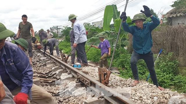 Công nhân đường sắt làm thông trưa khắc phục sự cố lật tàu tại Nam Định - Ảnh 6.