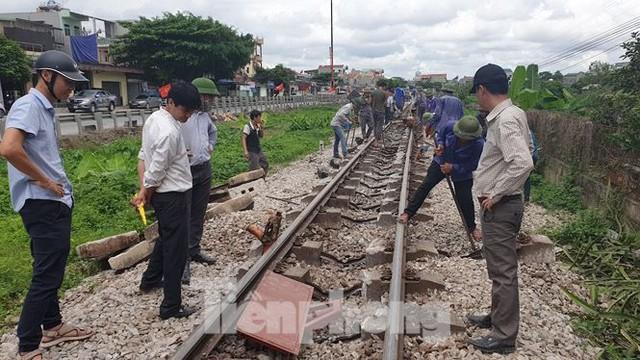 Công nhân đường sắt làm thông trưa khắc phục sự cố lật tàu tại Nam Định - Ảnh 7.
