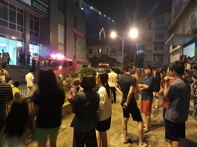 Cháy do chập điện, dân chung cư nửa đêm tháo chạy - Ảnh 1.