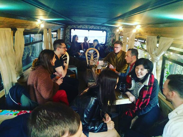 Hà Nội 75 - tiệm bánh mì trên chiếc xe buýt 2 tầng của cô gái Anh xinh đẹp phải lòng ẩm thực đường phố Việt Nam - Ảnh 18.