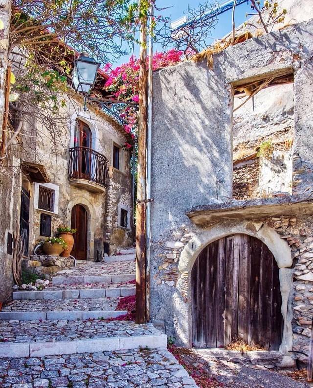 """Có gì tại hòn đảo được mệnh danh là """"thánh địa mafia"""" kì lạ hút hàng triệu du khách mỗi năm ở Ý? - Ảnh 8."""