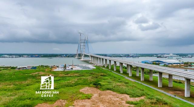 Toàn cảnh cây cầu dây văng dài nhất Vùng Đồng bằng Sông Cửu Long 5.700 tỷ đồng sẽ được thông xe ngày 19/5 - Ảnh 1.