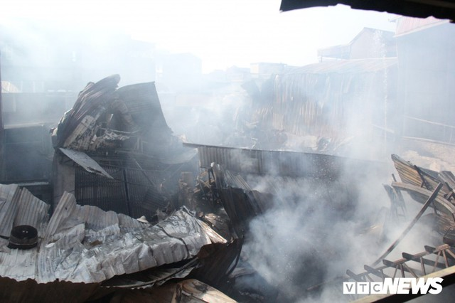 Ảnh: Hiện trường vụ cháy 8 xưởng sản xuất gỗ ở Hà Nội, hàng chục tỷ đồng hóa thành tro - Ảnh 1.