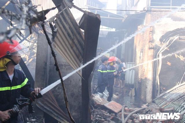 Ảnh: Hiện trường vụ cháy 8 xưởng sản xuất gỗ ở Hà Nội, hàng chục tỷ đồng hóa thành tro - Ảnh 2.
