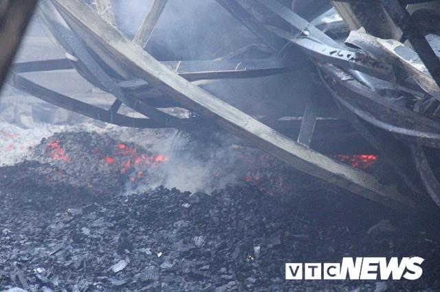 Ảnh: Hiện trường vụ cháy 8 xưởng sản xuất gỗ ở Hà Nội, hàng chục tỷ đồng hóa thành tro - Ảnh 3.