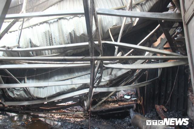 Ảnh: Hiện trường vụ cháy 8 xưởng sản xuất gỗ ở Hà Nội, hàng chục tỷ đồng hóa thành tro - Ảnh 4.