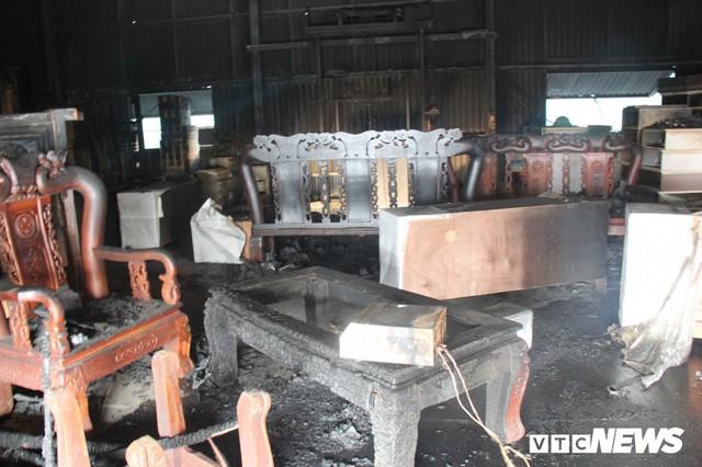 Ảnh: Hiện trường vụ cháy 8 xưởng sản xuất gỗ ở Hà Nội, hàng chục tỷ đồng hóa thành tro - Ảnh 7.