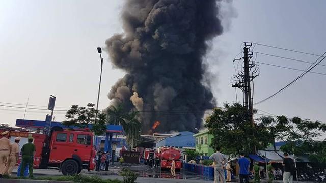 Cháy lớn tại Hải Phòng, hàng trăm chiến sĩ căng mình dập lửa - Ảnh 1.