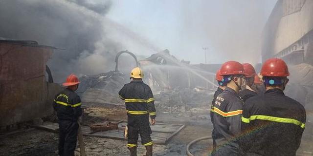 Cháy lớn tại Hải Phòng, hàng trăm chiến sĩ căng mình dập lửa - Ảnh 3.