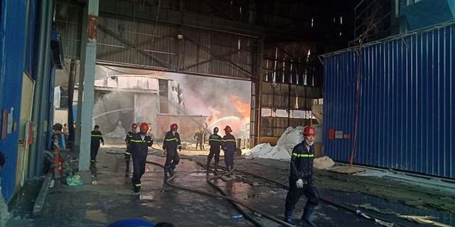 Cháy lớn tại Hải Phòng, hàng trăm chiến sĩ căng mình dập lửa - Ảnh 4.