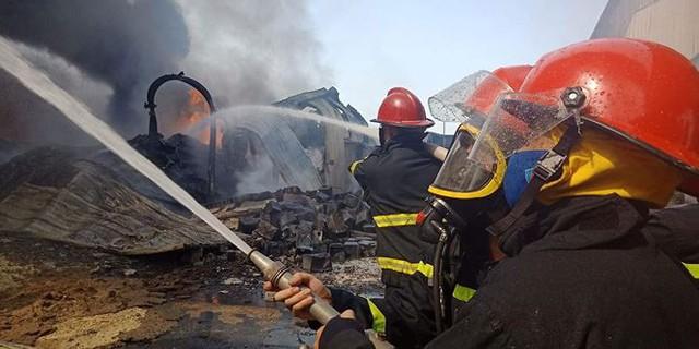 Cháy lớn tại Hải Phòng, hàng trăm chiến sĩ căng mình dập lửa - Ảnh 9.