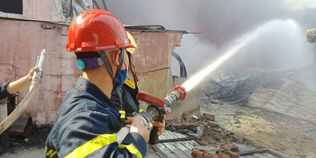 Cháy lớn tại Hải Phòng, hàng trăm chiến sĩ căng mình dập lửa - Ảnh 10.