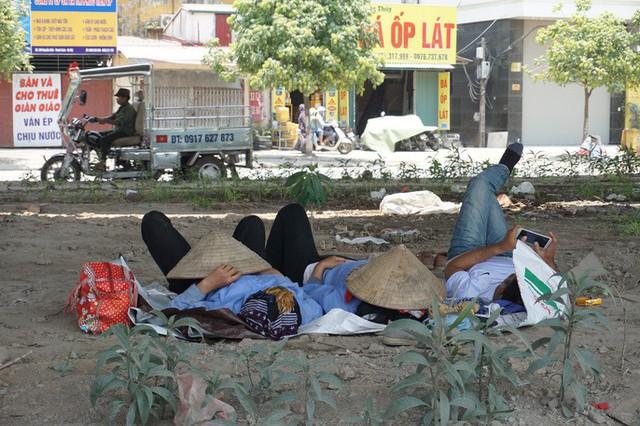 Hà Nội: Người dân vật vã dưới trời nắng nóng trên 40 độ C  - Ảnh 1.