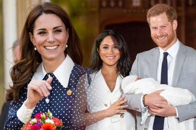 Công nương Kate bất ngờ bị chỉ trích khi gia đình nhà đẻ kiếm tiền từ con trai nhà Meghan theo cách khiến nhiều người khó chịu - Ảnh 2.