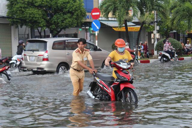 Sau cơn mưa trắng trời, CSGT Bạc Liêu giúp dân di chuyển trong biển nước  - Ảnh 14.