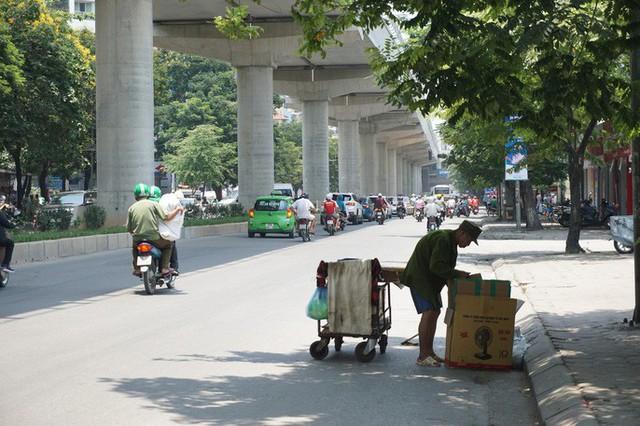 Hà Nội: Người dân vật vã dưới trời nắng nóng trên 40 độ C  - Ảnh 5.