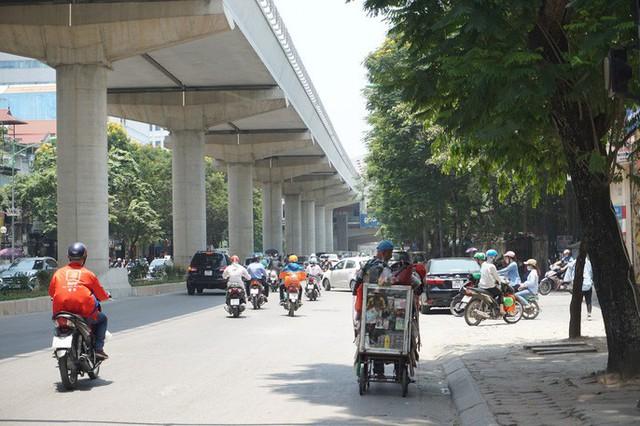 Hà Nội: Người dân vật vã dưới trời nắng nóng trên 40 độ C  - Ảnh 6.