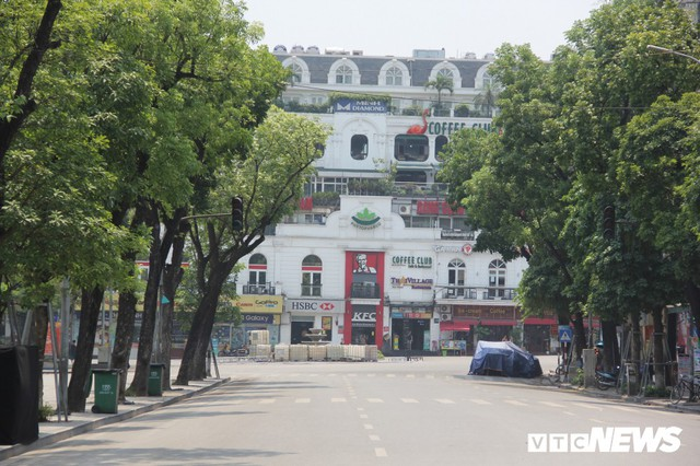 Hà Nội nắng như đổ lửa, phố đi bộ Hồ Gươm vắng tanh dịp cuối tuần - Ảnh 7.