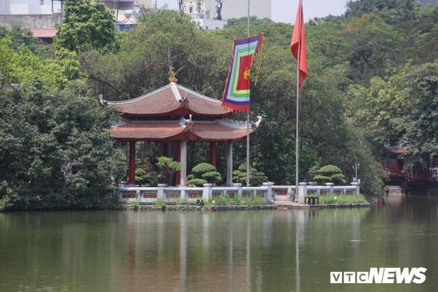 Hà Nội nắng như đổ lửa, phố đi bộ Hồ Gươm vắng tanh dịp cuối tuần - Ảnh 9.