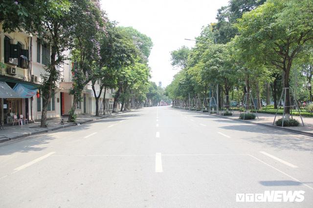 Hà Nội nắng như đổ lửa, phố đi bộ Hồ Gươm vắng tanh dịp cuối tuần - Ảnh 10.