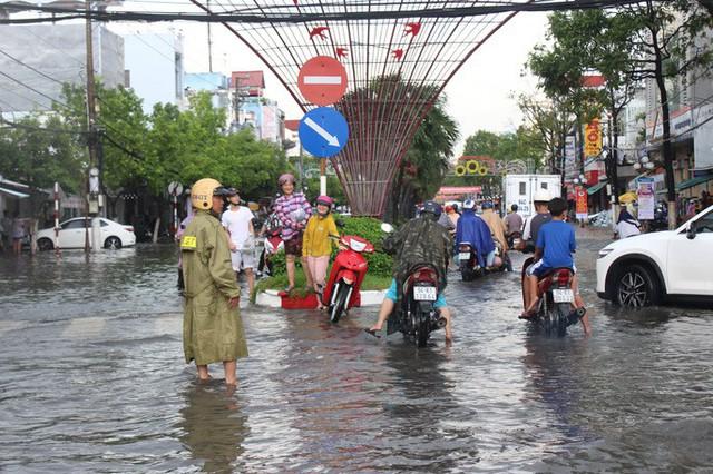Sau cơn mưa trắng trời, CSGT Bạc Liêu giúp dân di chuyển trong biển nước  - Ảnh 10.