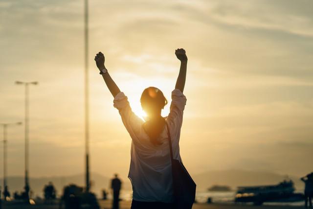 Mọi bất hạnh hiện tại đều bắt nguồn từ câu cửa miệng quen thuộc này: Sao phải chờ đợi hạnh phúc trong tương lai khi ta có thể tự tạo cho mình từ hôm nay? - Ảnh 1.